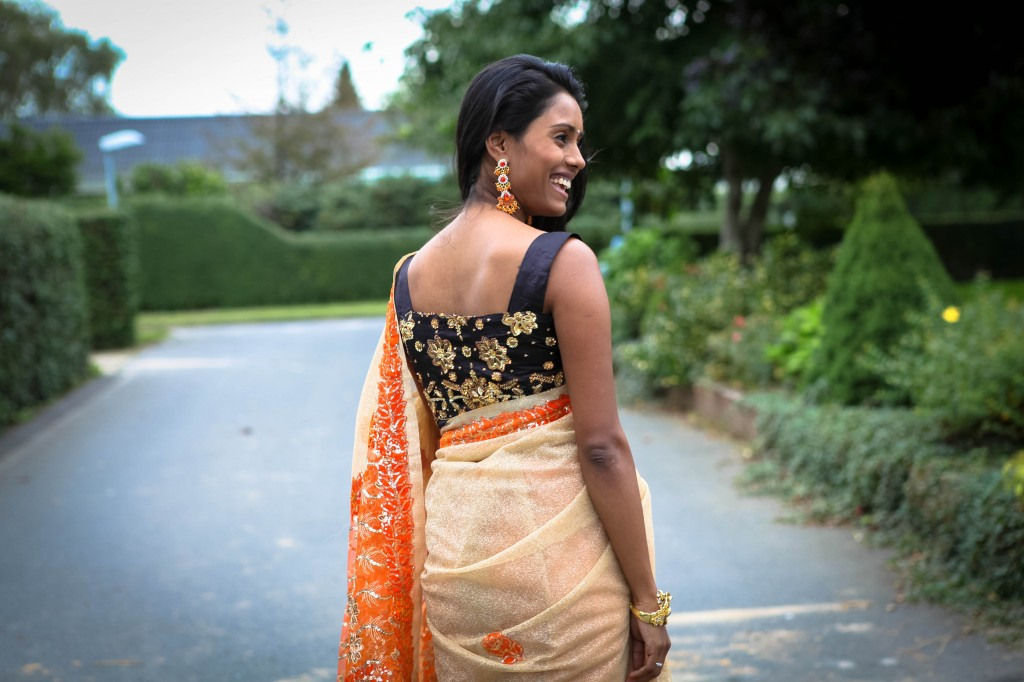 Guld og orange saree - outfit til Minnal show