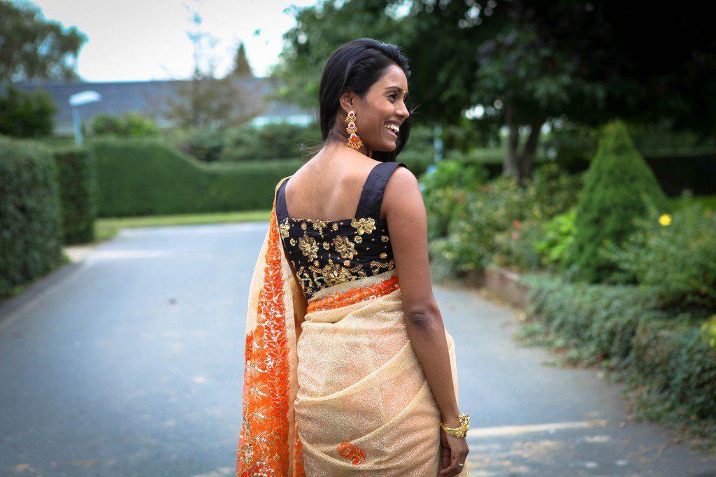 Guld og orange saree - outfit til Minnal show